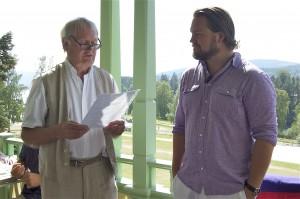 Stipendiaten skådespelaren Peter Mörlin får sitt pris med motivering uppläst av Jonas Sima. Foto Inger Edvardsson