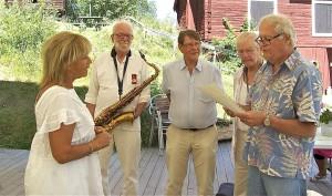 Hälsinge Akademis uppvaktande ledamöter belönar Barbro Svensson för att hon alltid stått upp för Järvsöbygden. Fr v Lill-Babs, Ola Granath, Claes Sundelin, Björn Ståbi och Jonas Sima.