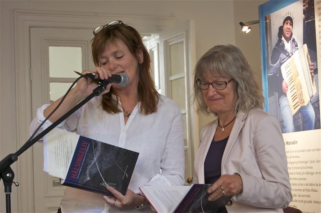 Gunilla Kindstrand presenterar författaren Kerstin Svevar, som skrivit en novell i Hälsingeliv. Foto: Jonas Sima