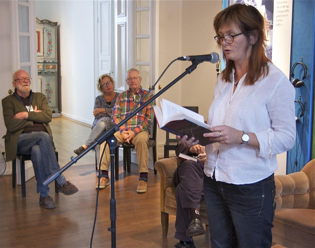 Gunilla Kindstrand läser sin text om häxprocesserna i Hälsingland på 1600-talet. Foto: Jonas Sima