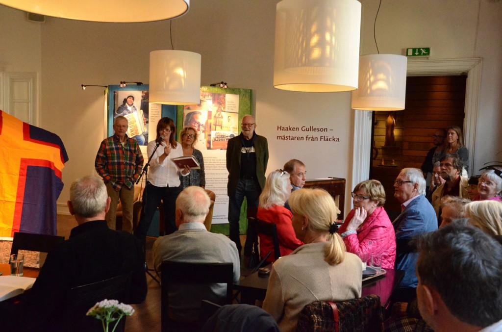 Gunilla Kindstrand presenterar Hälsinge Akademis nya antologi Hälsingeliv på en bokfest i Hälsinglands Museum i Hudiksvall. Foto: Bonny Sjöblom