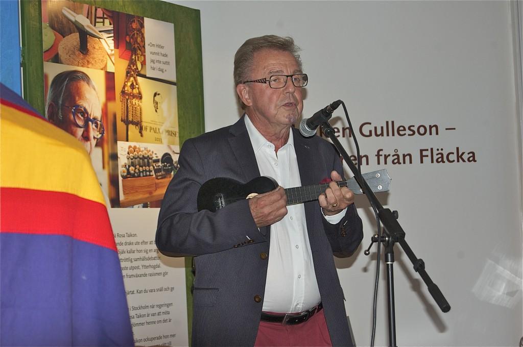 Akademins ständige revisor Leif Edling, Hudiksvall, sjunger och spelar ukelele, på bokfesten i Hälsinglands Museum. Foto: Jonas Sima