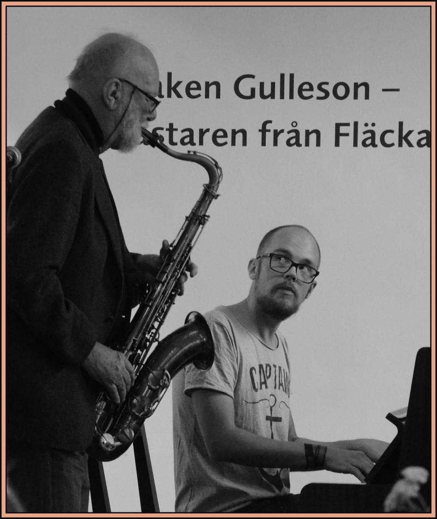 Ola Granath, akademins skattmästare och jazzmusiker, spelar en blues ihop med pianisten Kristoffer Sundman på bokfesten. Foto: Bonny Sjöblom