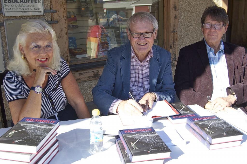 Signering utanför Helins bokhandel på Stortorget i Bollnäs. Fr v Gertrud Haglund, Jonas Sima. Claes Sundelin. Foto: Inger Edvardsson