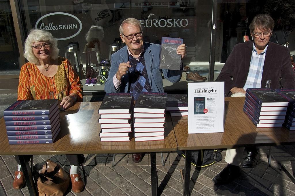 Signering av nya boken Hälsingeliv på gånggatan i Söderhamn. Fr v Maya Halldén samt redaktörerna Jonas Sima och Claes Sundelin. Foto: Inger Edvardsson