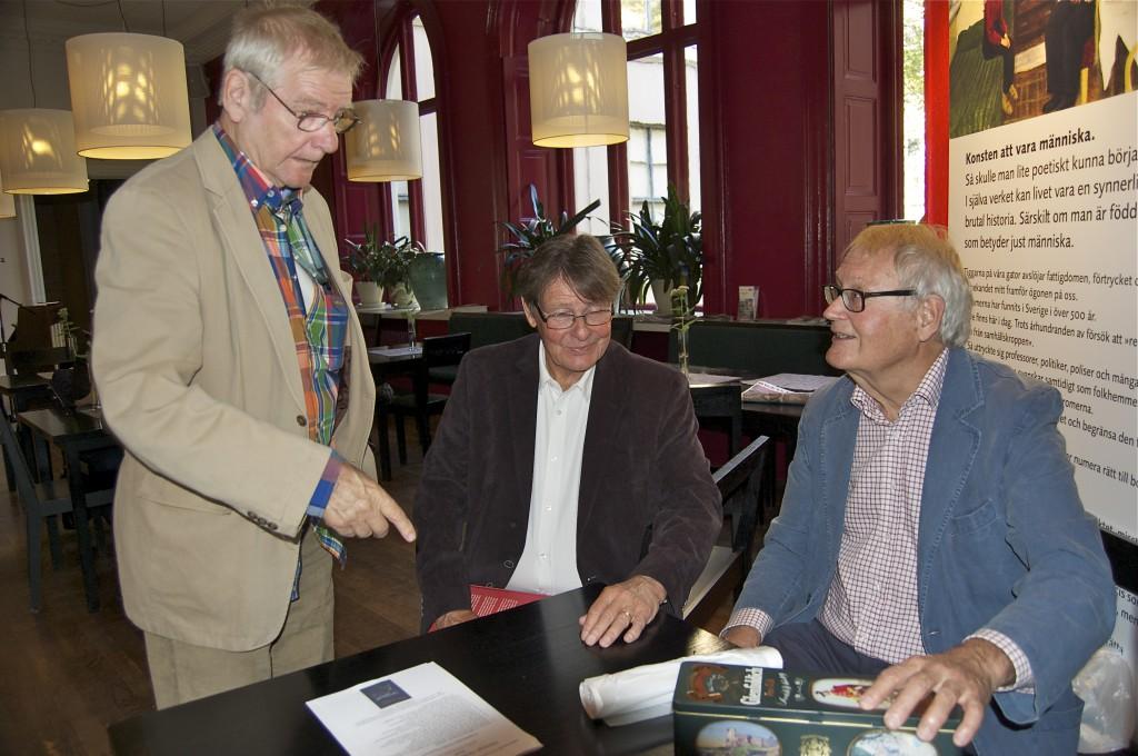 Björn Ståbi frågar Claes Sundelin och Jonas Sima om säljresultatet på Hälsinge Akademis bokfest. Foto: Inger Edvardsson
