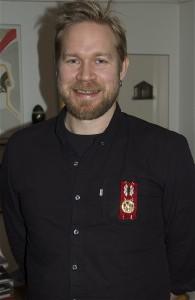 Thomas von Wachenfeldt med Hälsinge Akademis förtjänstmedalj som nyinvald ledamot. Foto: Jonas Sima