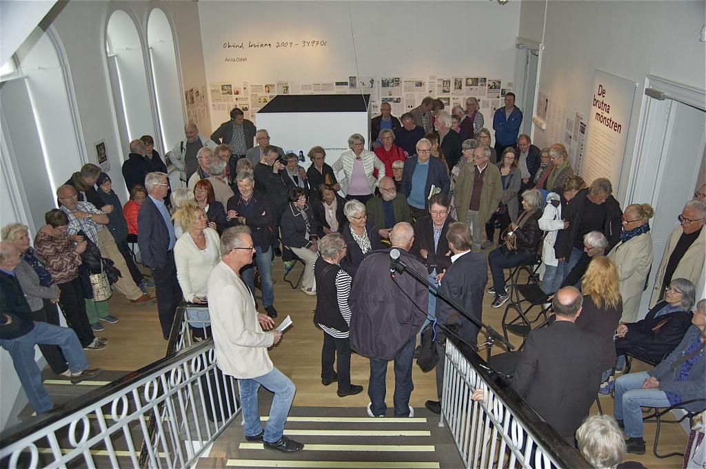 Ett hundratal konstintresserade hade mött upp till invigningen av minnesutställningen över konstären hans Viksten.