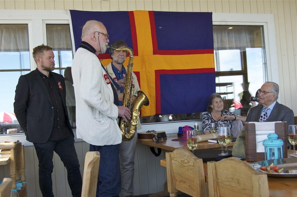 Ola Granath blåser en bluesig fanfar för hedersbelönade Carl Erik Tottie. Foto: Inger Edvardsson.