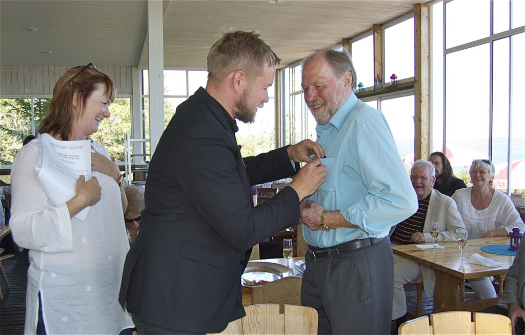 Lokalhistorikern Åke Nätterö, Bhuråker, får akademins pris av Jens Ahlbom. Foto: Inger Edvardsson.
