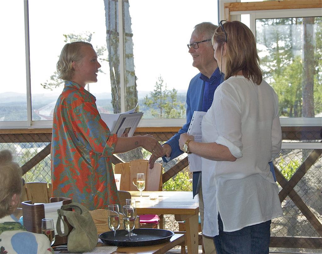 Hälsinge Akademis stipendiat Maja Li Härdelin gratuleras med check på 15 000 kr av ledamöterna Jonas Sima och Gunilla Kindstrand. Foto: Inger Edvardsson.