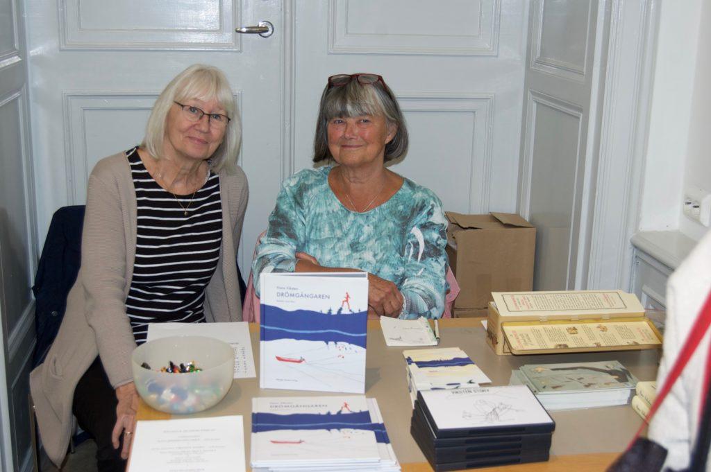 Barbro Furhammar och Inger Sundelin bemannade bokbordet