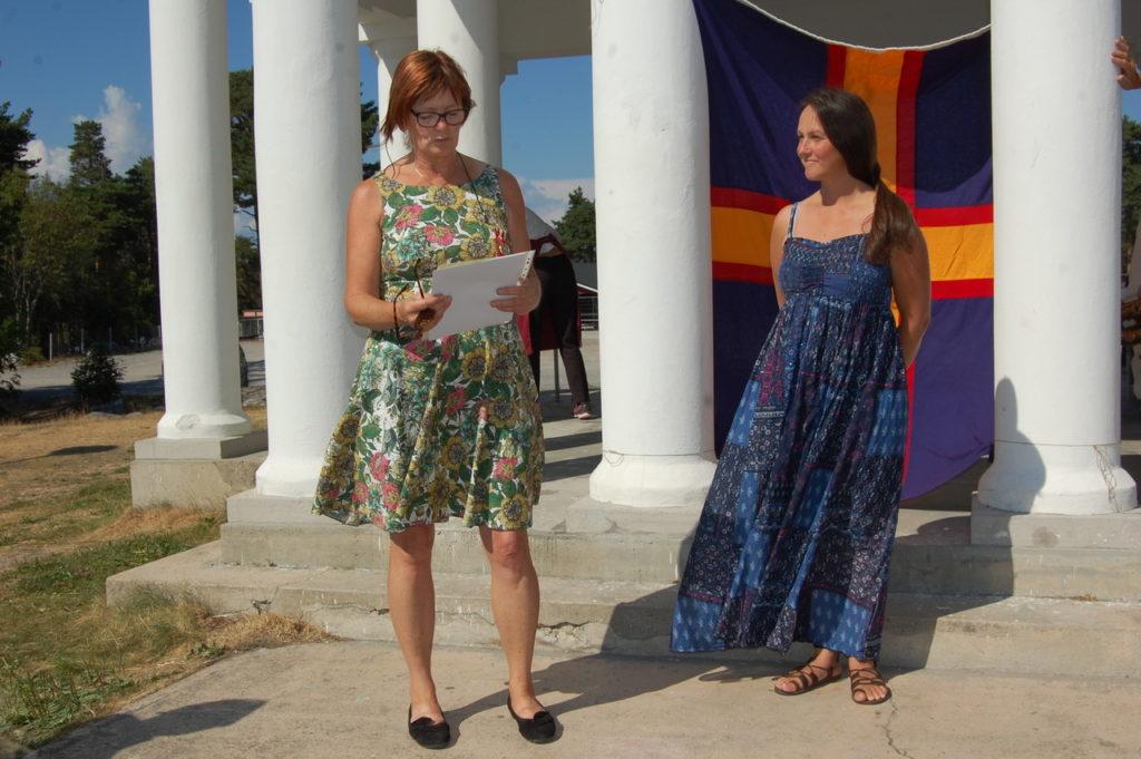 Kulturjournalisten Gunilla Kindstrand delar ut Akademins  kulturbelöning till folksångerskan Emma Härdelin.