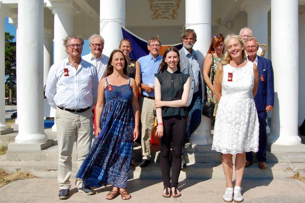 De kulturbelönade tillsammans med Hälsinge Akademis ledamöter vid föreningens högtidsdag den 13 juli 2018 i Hudiksvall. Samtidigt firade Akademin sin 30-åriga existens med en jubelsupé.
